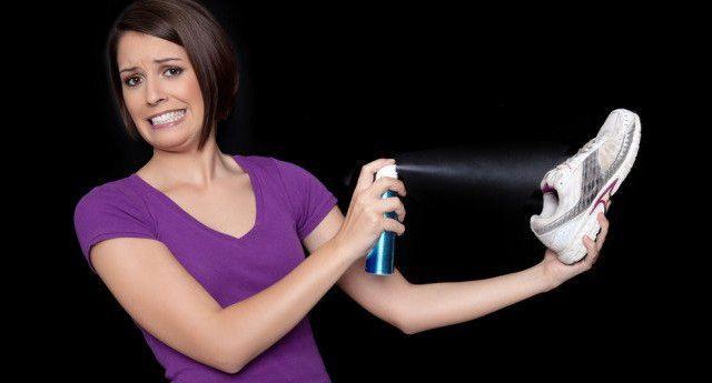 Як позбутися від запаху у взутті за допомогою чайних пакетиків і інших народних засобів